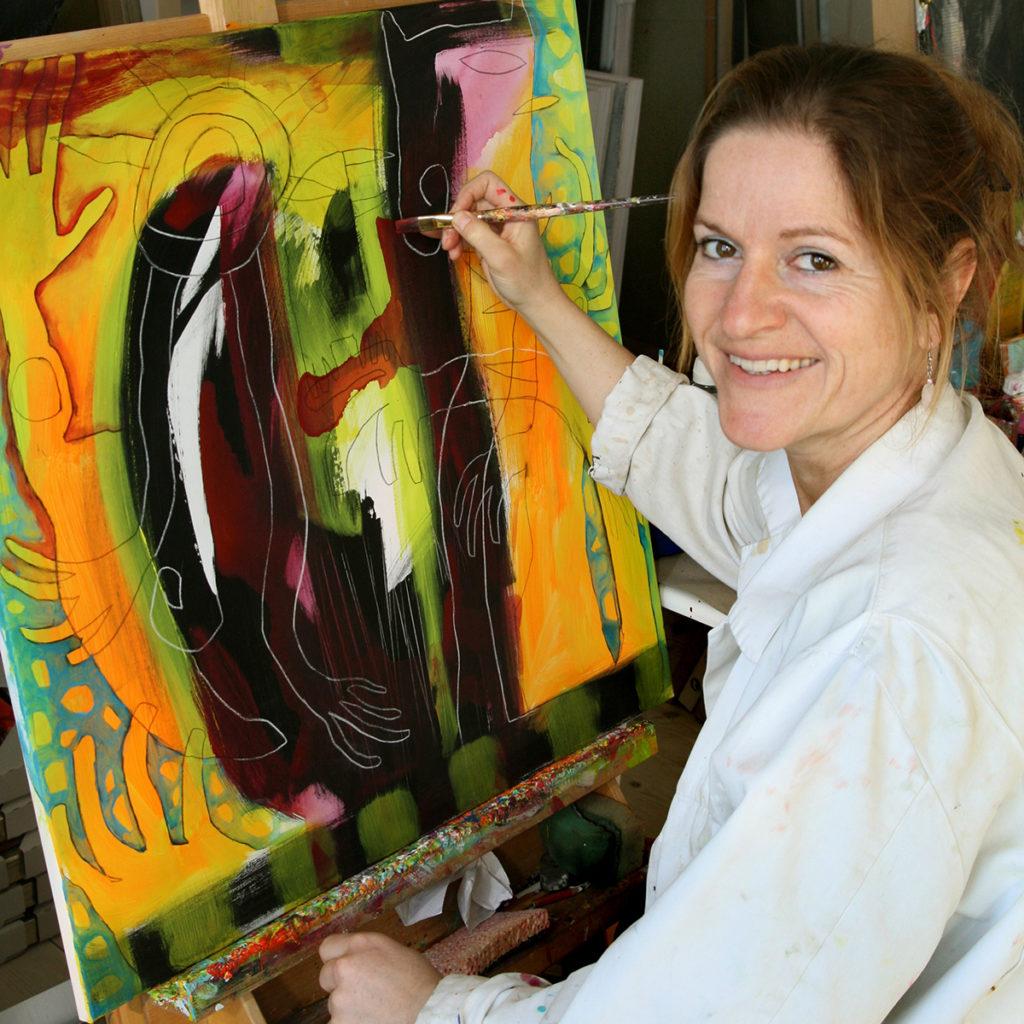 Foto af Terese der maler et akrylmaleri i sit atelier